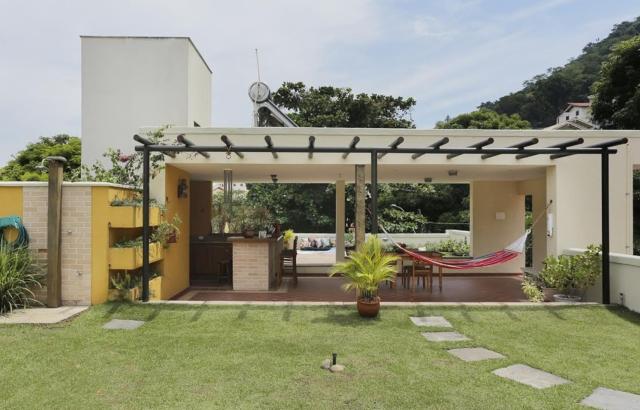 Rustična terasasta kuća sa zelenim krovom za opuštanje u vreloj klimi Brazila...